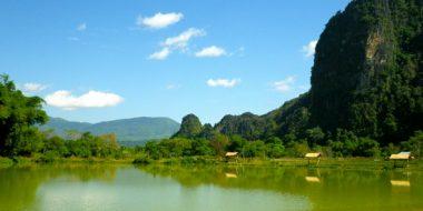 Pastaigajoties pa kalnu ieleju Vang Vieng